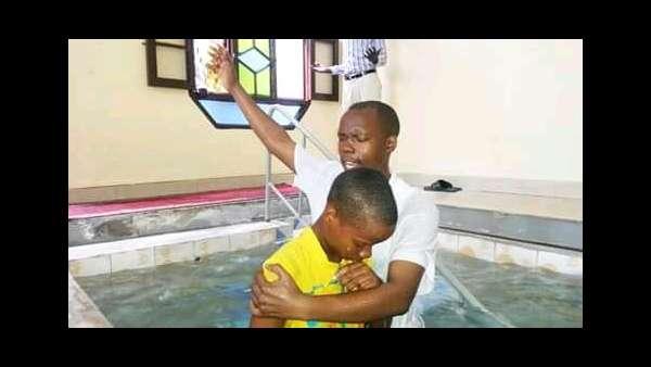 Culto de batismo em Bujumbura, Burundi - galerias/4845/thumbs/02burundi.jpeg