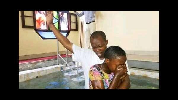 Culto de batismo em Bujumbura, Burundi - galerias/4845/thumbs/03burundi.jpeg