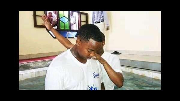 Culto de batismo em Bujumbura, Burundi - galerias/4845/thumbs/04burundi.jpeg
