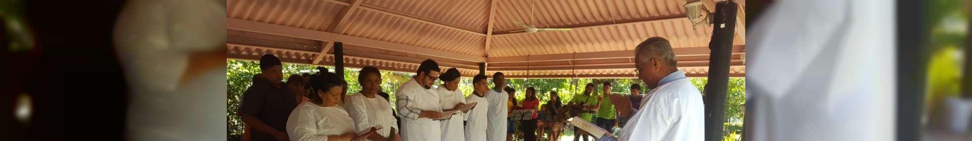 Membros da Igreja Cristã Maranata de Aguadulce, Panamá, participam de batismo