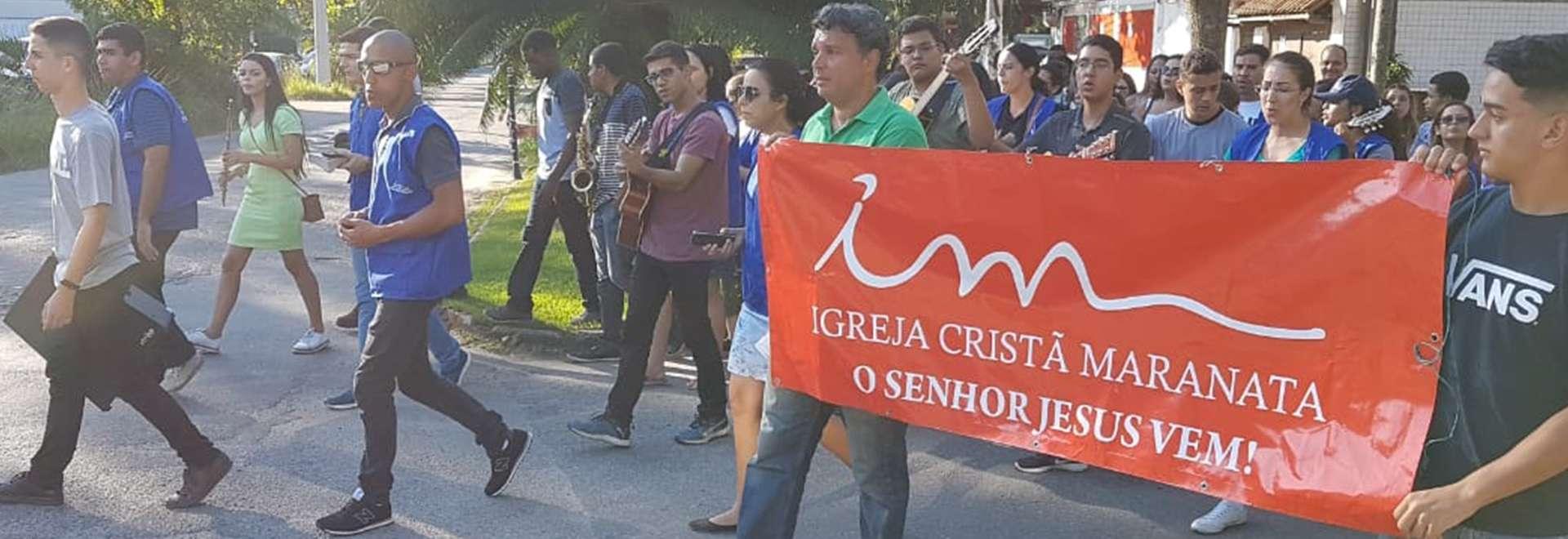Jovens da Igreja Cristã Maranata evangelizam em comunidades do Rio de Janeiro
