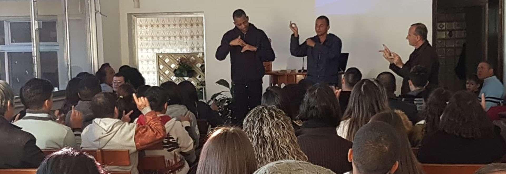 Seminário voltado para surdos, surdocegos e intérpretes em Itaquera, SP