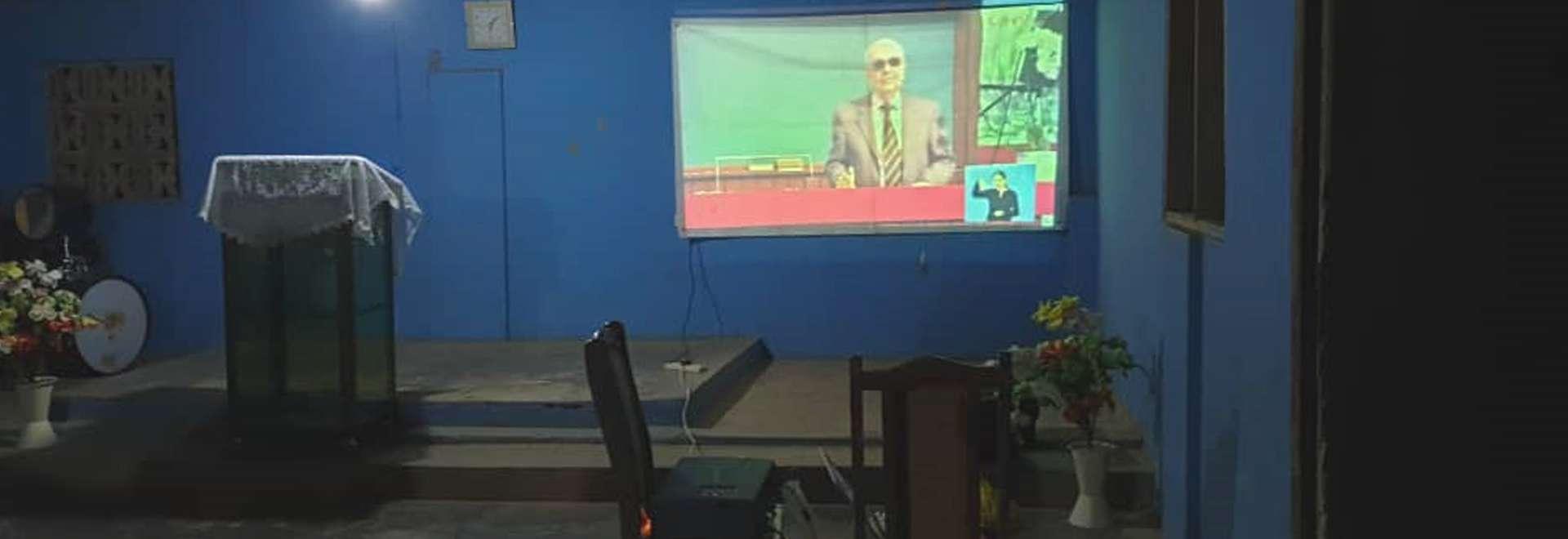 Igreja Cristã Maranata de Gana recebe projetor para acompanhamento de transmissões via satélite