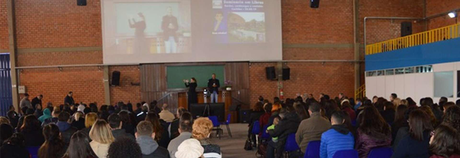 Surdos e surdocegos participam de seminário no Maanaim de Curitiba, PR