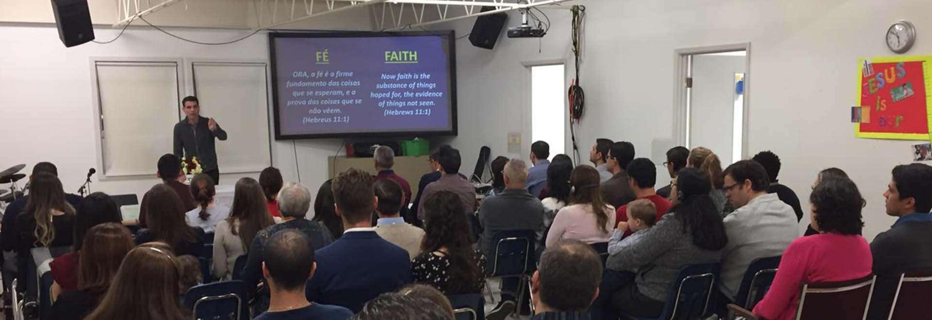 Canadenses participam de seminário e batismo em Winnipeg